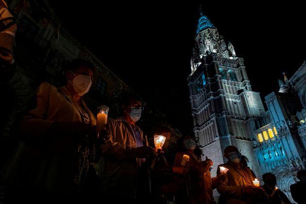 Un grupo de feligreses, ante la Catedral Primada de Toledo para rezar el rosario en un acto de reparación...