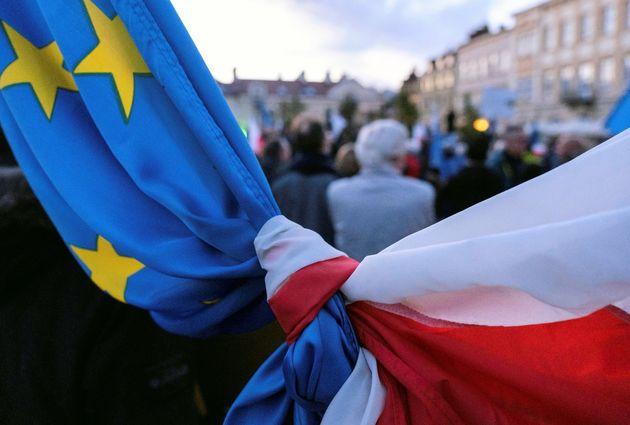 Le drapeau polonais noué au drapeau européen lors des manifestations pro-UE en Pologne,...