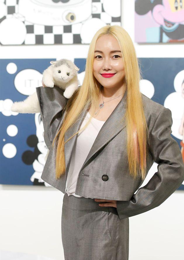 팝아티스트 낸시랭이 12일 서울 종로구 갤러리그림손에서 열린 개인전 '버블코코'(Bubble Coco) 기자간담회에서 포즈를 취하고