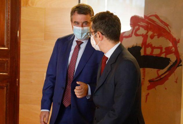 El portavoz del PNV en el Congreso, Aitor Esteban, charla con el ministro de Presidencia, Félix