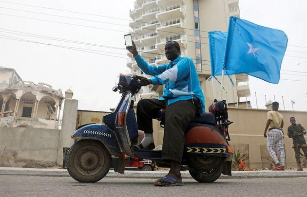 Ο Αμπουκάρ Αχμέτ γιορτάζει την απόφαση του Διεθνούς Δικαστηρίου, σε μεγάλο βαθμό υπέρ της Σομαλίας στη διαμάχη της με την Κένυα, για ένα θαλάσσιο σύνορο σε μέρος του Ινδικού Ωκεανού στο Μογκαντίσου της Σομαλίας, 12 Οκτωβρίου 2021. REUTERS/Feisal Omar