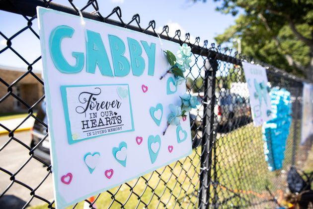 Des panneaux en hommage à Gabby Petito à Holbrook, dans l'État de New York aux États-Unis,...