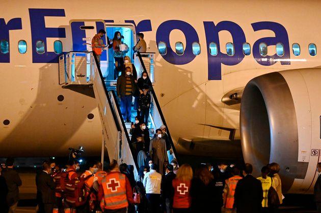 Llegada del segundo avión con refugiados afganos procedente de Islamabad, este martes en la base aérea...