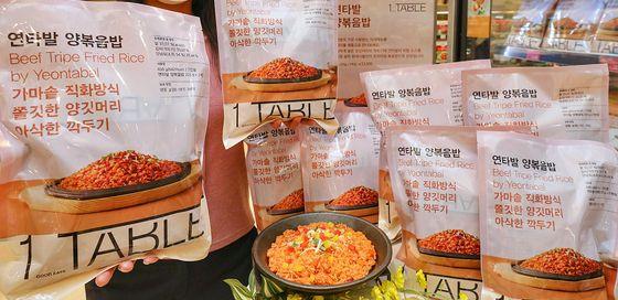 2021년 3월 10일 오전 서울 양천구 현대백화점 목동점 식품관에서 프리미엄 가정 간편식 '원테이블'의 신제품 '연타발 양볶음밥'을 소개하는