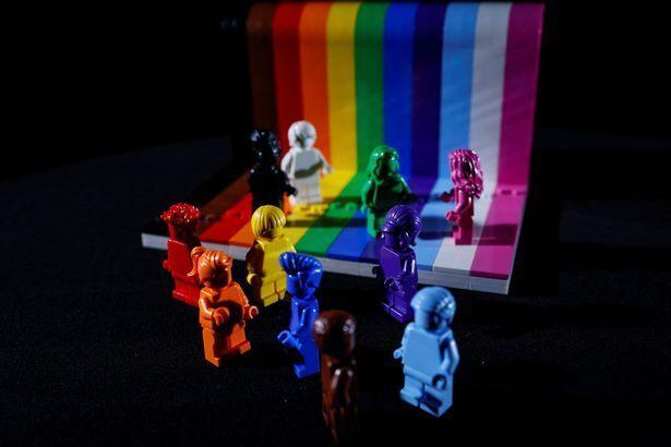 성소수자를 테마로 한 레고의 '모든 사람은 멋지다'