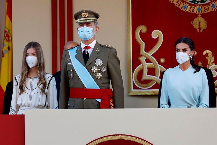 El rey Felipe VI, la reina Letizia y la infanta Sofía en el desfile militar del 12 de Octubre en el Paseo de la Castellana de Madrid para festejar este martes el Día de la Fiesta Nacional.