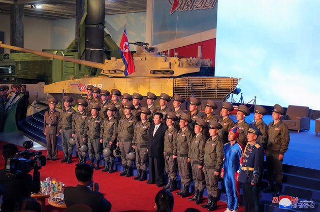 Βόρεια Κορέα: Ενας στρατιώτης και ένας μαέστρος προκάλεσαν σύγχυση με την αμφίεσή