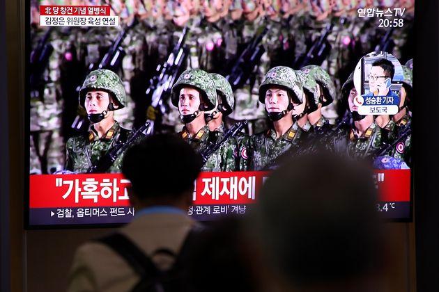 Βόρεια Κορέα: Στρατιώτες σπάνε τούβλα και λυγίζουν σίδερα σε επίδειξη