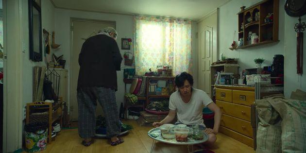 Au chômage et sur-endetté, Seong Gi-hun (Lee Jung-jae) est condamné à vivre chez sa mère.