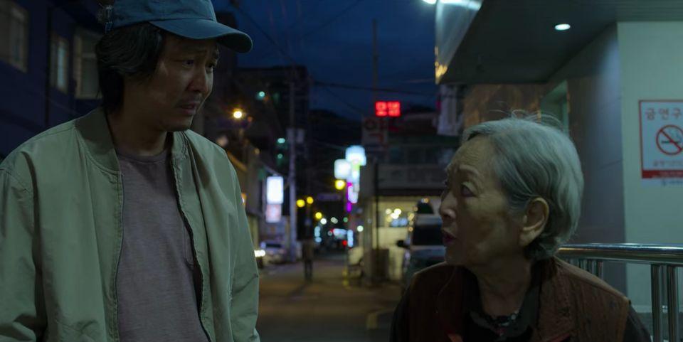 A mãe de Seong Gi-hun não pode pagar uma cirurgia no pé e desiste de fazer