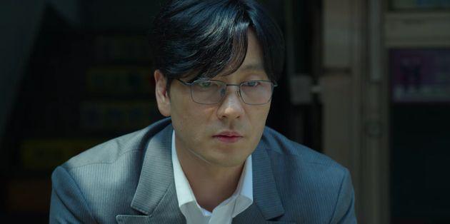 Cho Sang-woo (Park Hae-soo) refuse d'avouer à sa mère qu'il est endetté pour ne pas la peiner et préfère s'enfuir.