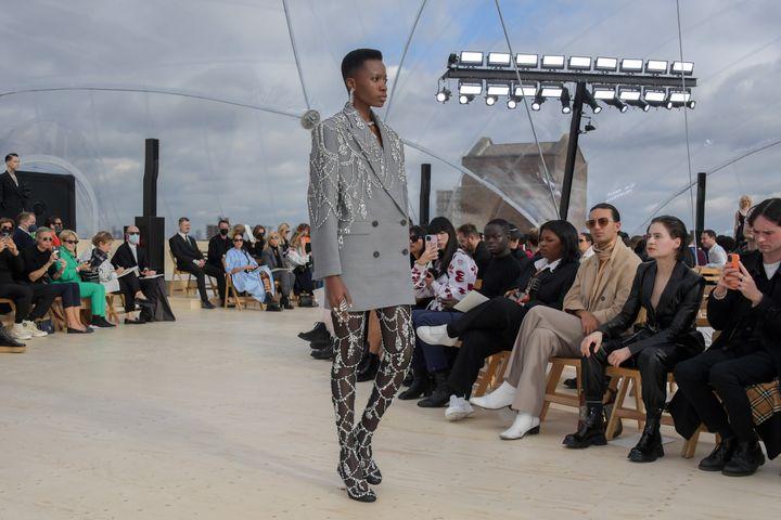 Μοντέλο περπατά στην πασαρέλα του Alexander McQueen SS22 Womenswear Show στο Tobacco Dock στο Λονδίνο