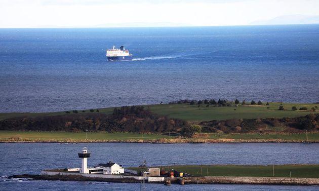 Un barco de Escocia cruza el Mar de Irlanda hacia Irlanda del