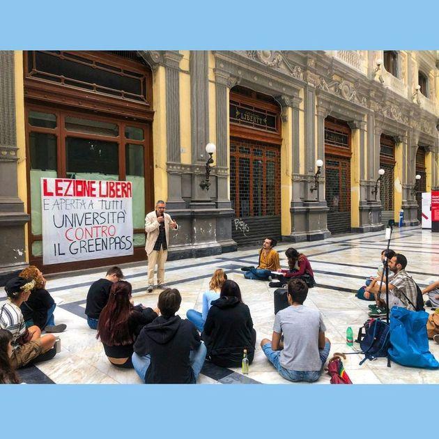 Universitari campani contro il GreenPass -