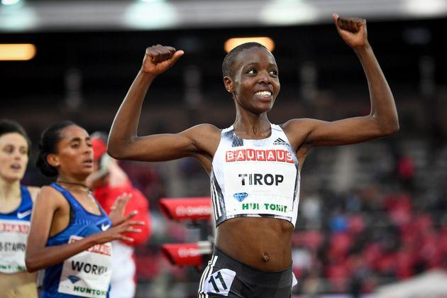 Φωτογραφία αρχείου, η Aγκνες Tίροπ από την Κένυα χαμογελά αφού κέρδισε τον αγώνα 1500 μέτρων γυναικών στη συνάντηση IAAF Diamond League στο Ολυμπιακό Στάδιο της Στοκχόλμης στη Στοκχόλμη, Σουηδία. Η Κενυάτισσα δρομέας, δύο φορές χάλκινη παγκόσμια πρωταθλήματα, βρέθηκε νεκρή στο σπίτι της στο Iten στη δυτική Κένυα, δήλωσε η ομοσπονδία στίβου της χώρας την Τετάρτη, 13 Οκτωβρίου 2021. (Fredrik Sandberg/TT News Agency via AP, Αρχείο)