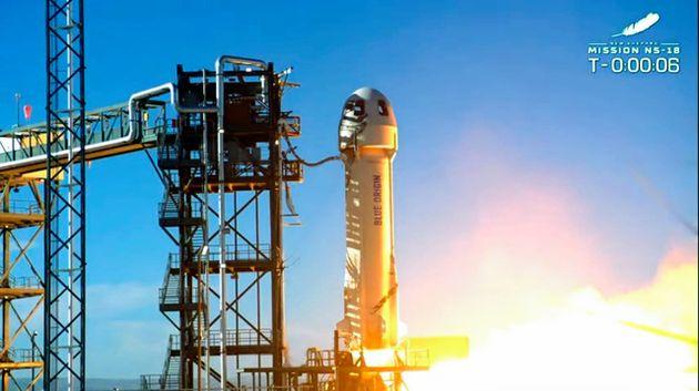 宇宙船を乗せて打ち上げられる「ニューシェパード」=ブルーオリジンの中継映像から