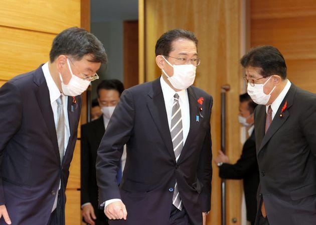 衆院解散の前、臨時閣議に臨む岸田文雄首相=2021年10月14日午前9時1分、首相官邸、上田幸一撮影