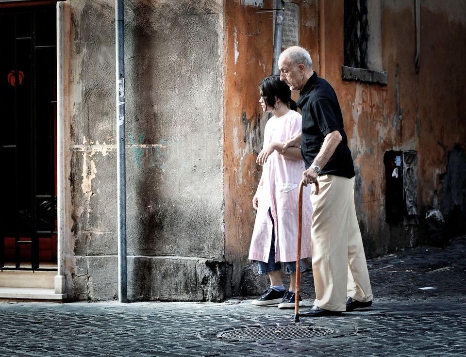 Badante straniera con anziano signore a