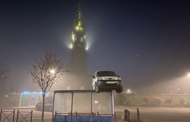 Une fourgonnette avait été retrouvée sur le toit d'un abribus de Plouéventer dans le Finistère le 11...