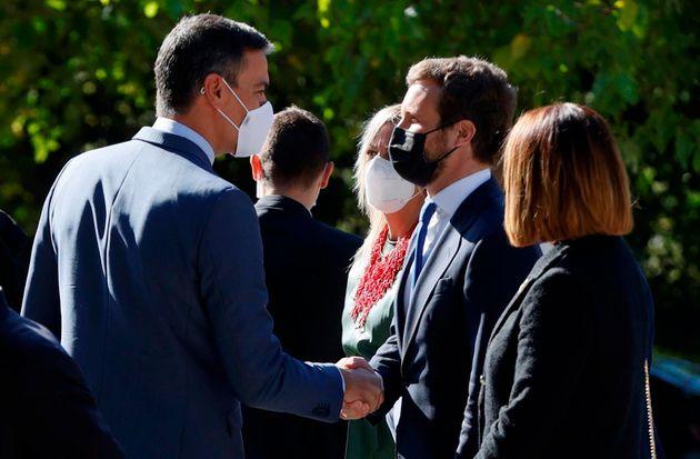 El presidente del Gobierno, Pedro Sánchez (i), saluda al líder del PP, Pablo Casado (d) en el Monasterio...