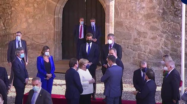 Pablo Casado mira la conversación de Merkel, Felipe VI y
