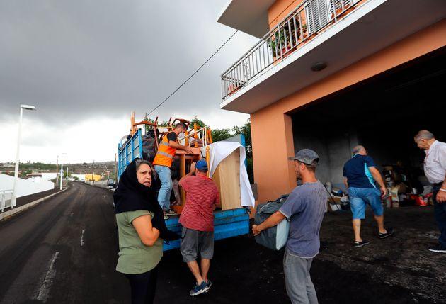 Vecinos del barrio de La Laguna llevándose enseres ante la evacuación por el avance de la lengua de