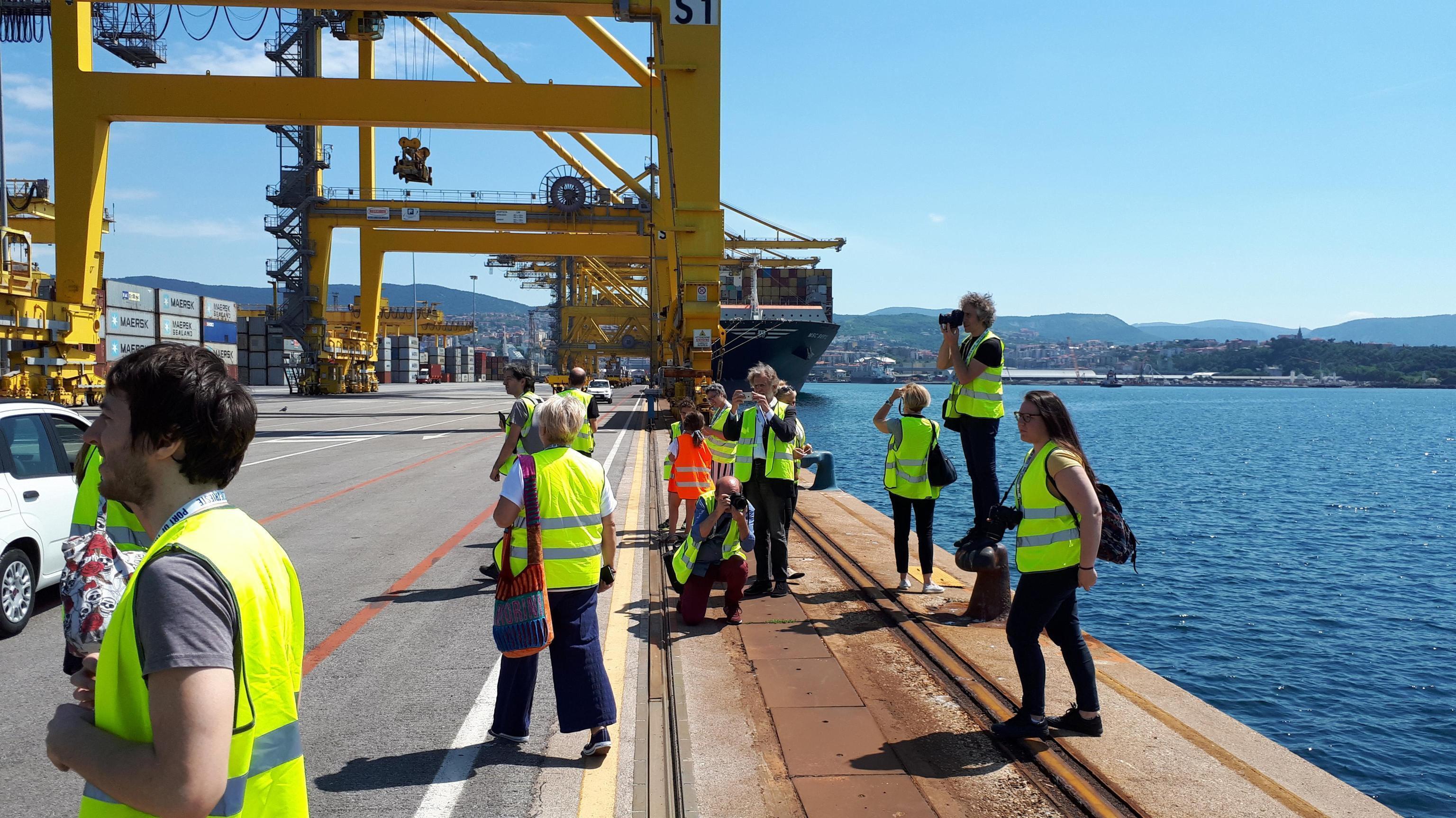 """Portuali di Trieste al Governo: """"Rinviate l'obbligo e trattiamo"""""""