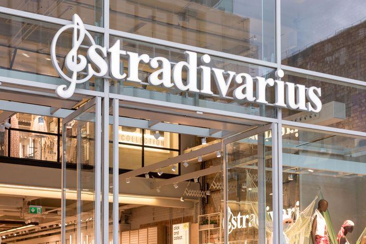 Entrada de una tienda Stradivarius.