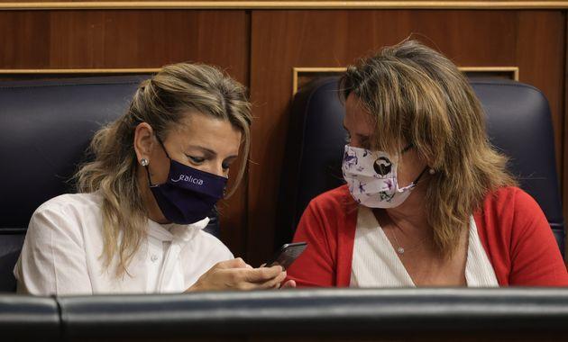 Yolanda Díaz y Teresa Ribera conversan durante la sesión en el