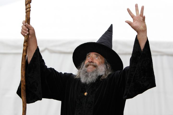 """Ian Brackenbury Channell, también conocido como el mago de Christchurch, lanza un """"deletrear"""" durante una entrevista televisiva en 2011."""