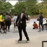 記者がスケートボードしながら中継。見事な技にスタジオが「すごくクール!」