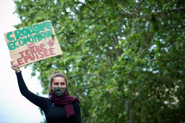 Une manifestante protestant contre la loi climat, jugée insuffisante par les défenseurs de l