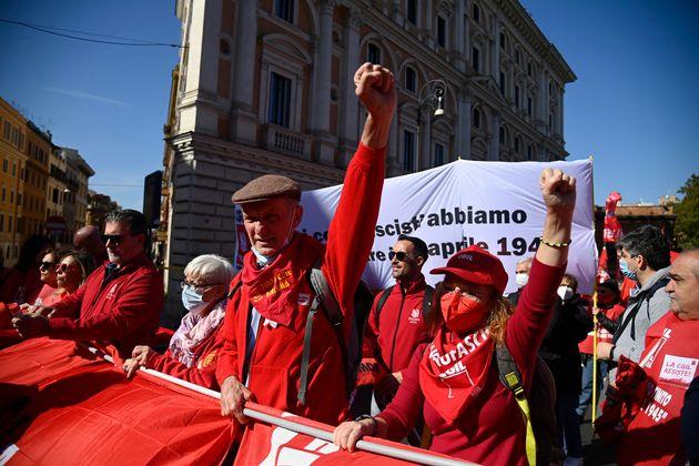 Un momento della manifestazione nazionale organizzata da Cgil, Cisl e Uil a Roma con lo slogan