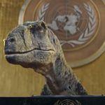 """絶滅したはずの恐竜が蘇り、国連総会で""""演説""""。気候危機の深刻さを必死に訴えかける動画に反響"""
